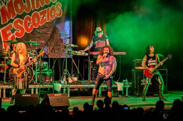Instante del concierto de los Mojinos Escozíos, con su vocalista El Sevilla en el centro de la formación, ofrecido en Estella hace dos años.