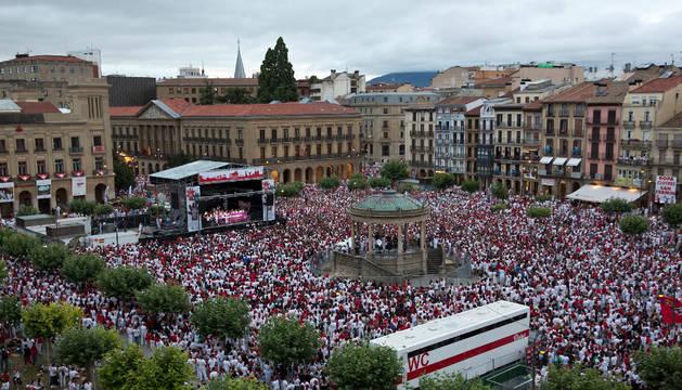 Multitudinaria concentración celebrada el pasado lunes en la Plaza del Castillo en protesta contra las agresiones sexistas.