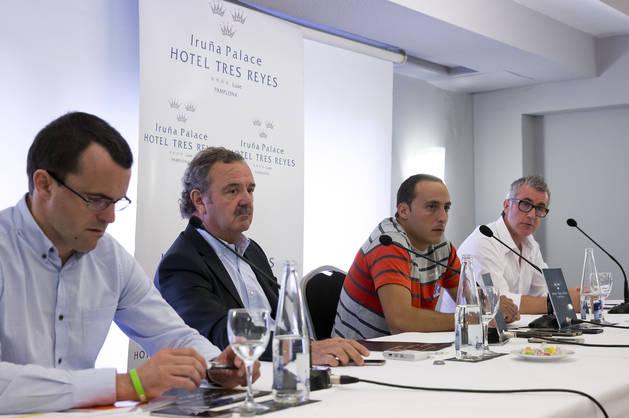 El pelotari de Ibero compareció en el Hotel Tres Reyes de Pamplona acompañado de su familia y amigos.