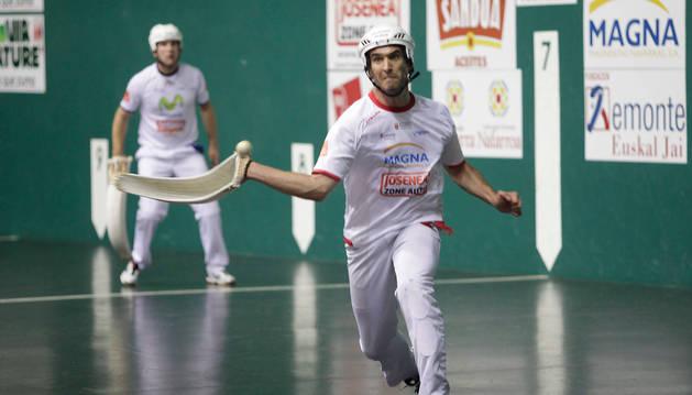 El pamplonés Javier Urriza golpea la pelota durante el partido.