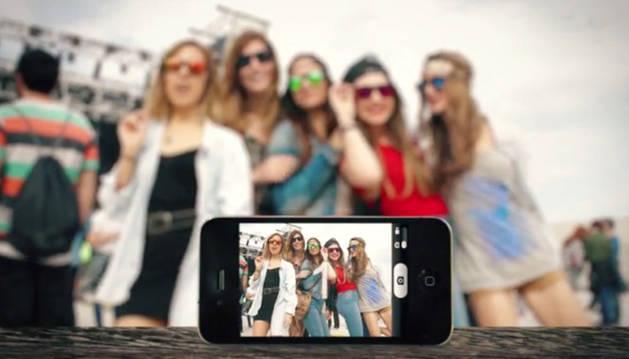 Unas jóvenes toman una foto con las gafas de sol de WeOn Glasses.