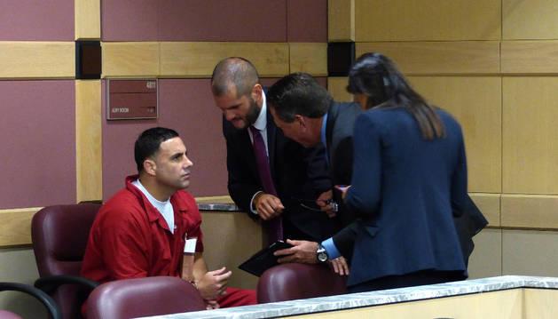 El español Pablo Ibar (c) conversa con los integrantes de su equipo legal.