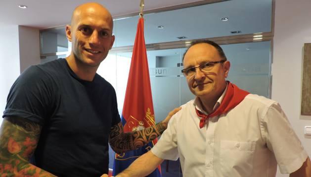 Nauzet Pérez, junto al gerente de Osasuna, Ángel Ardanaz.