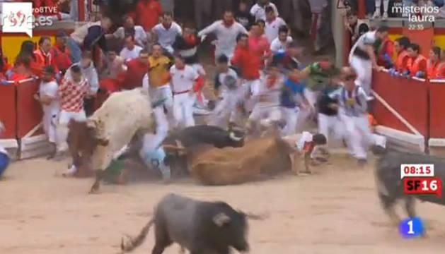 Los toros, en el suelo, en la puerta de la plaza.