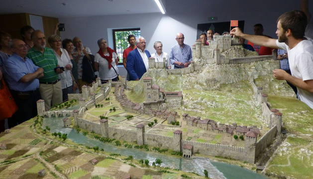 A la derecha, el alcalde de Estella, Koldo Leoz, que inauguró oficialmente ayer la maqueta.