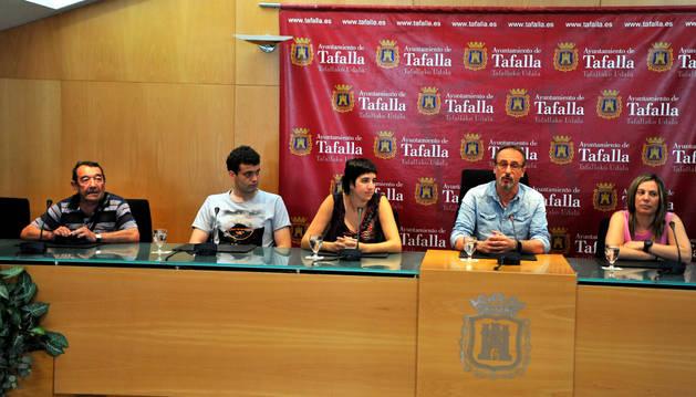 Desde la izda., Demetrio Lacunza, 'Zapato'; el presidente de El Aguazón, Iker Arregi; la concejala de Festejos, Haizea Lizarbe; el alcalde Arturo Goldaracena; y Amaia Arregi, miembro del grupo de danzaris.
