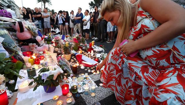 Centenares de personas se acercaron al paseo marítimo de Niza a deporsitar flores en recuerdo de los fallecidos atropellados por un camión.