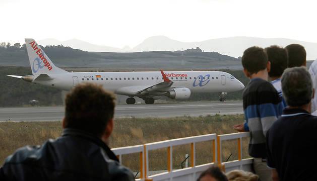 Un avión de Air Europa, en el aeropuerto de Noáin en el año 2013.