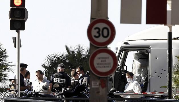 Los investigadores, en el camión utilizado para el atentado en Niza.