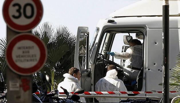 Investigadores de la policia en la cabina del camión que conducía el terrorista.
