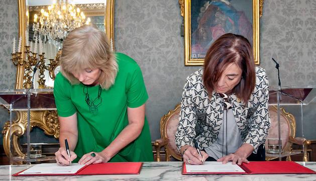 La consejera Ollo y Cristina Uriarte firman el convenio para la difusión de EITB en Navarra.