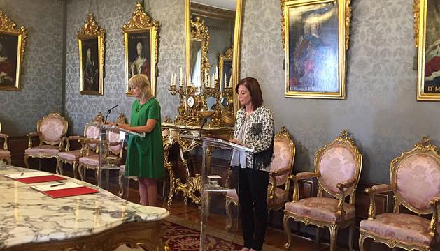 La consejera Ollo, a la izquierda, con Cristina Uriante, consejera del Gobierno vasco.