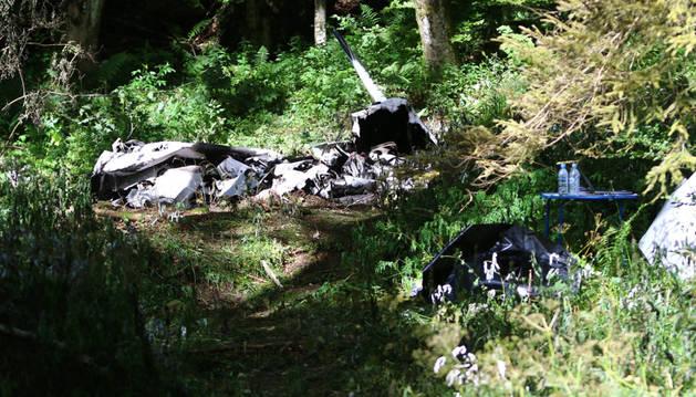 Vista de los escombros de la aeronave Piper PA-32 tras estrellarse en un bosque de la villa de Predmeja.