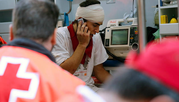 Un joven, atendido en una ambulancia tras el encierro del día 13.