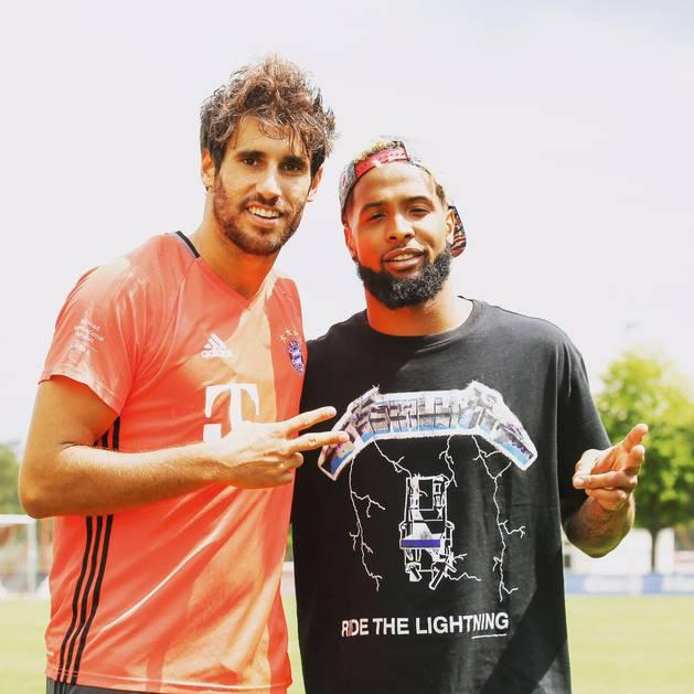 Javi Martínez, junto a Odell Beckham Jr.