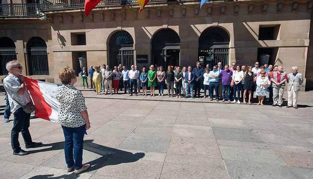 Ciudadanos franceses se han sumado al acto de condena celebrado ante el Palacio de Navarra.
