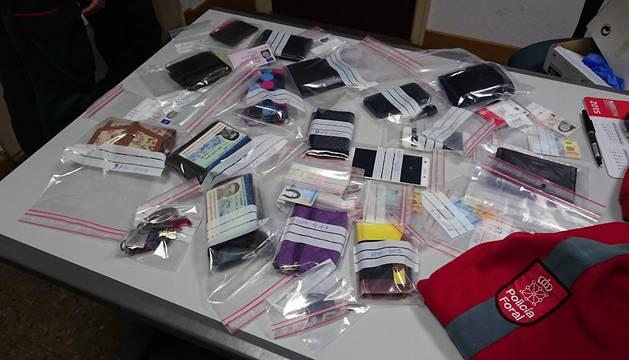 Carteras y móviles recuperados en la Oficina de Atención Policial.