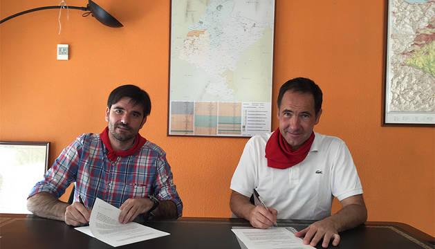Larralde (izquierda) y Lasa (derecha) firman el convenio.