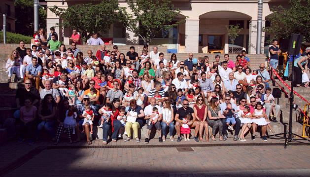 El primer grupo de niños que recibió el pañuelo junto a sus padres, madres o hermanos en la plaza de la Constitución.