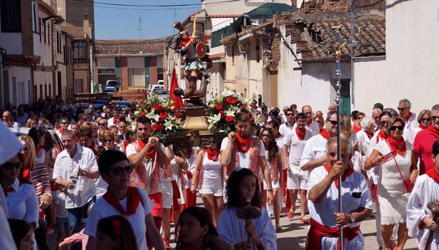 Los cadreitanos acompañaron a la imagen de San Miguel, portada por los quintos y quintas de 2016, en el día grande de las fiestas.