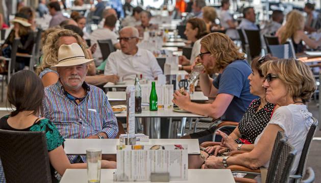 Las terrazas de los bares se llenan tras San Fermín gracias al buen tiempo y el turismo.