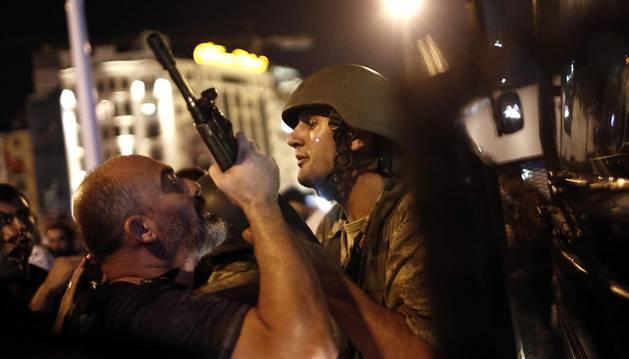 Un policía turco se enfrenta contra un militar golpista en las calles de Ankara.