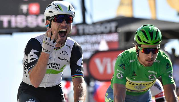 Mark Cavendish supera a Sagan en el esprint.