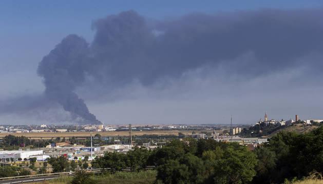 Las dos urbanizaciones más cercanas a la fábrica de aceite del Grupo Ybarra en Dos Hermanas (Sevilla) han sido desalojadas como consecuencia del incendio.