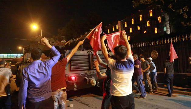 Los turcos salen a la calle para parar el intento de golpe de Estado en Ankara.