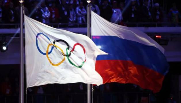 La bandera de los Juegos Olímpicos junto a la de Rusia.