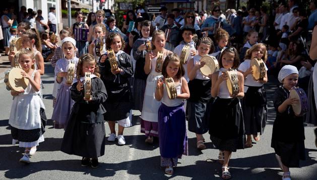 La música no dejó de sonar en ningún momento del desfile. En la imagen, varios niños tocan la pandereta a su paso por la calle Santiago de Elizondo.
