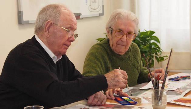 Dos ancianos, en una residencia.