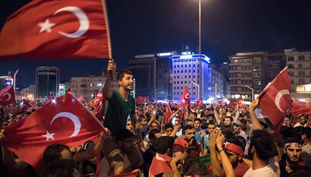 Turcos ondean banderas y llenan las plazas para celebrar el fracaso del golpe de Estado.