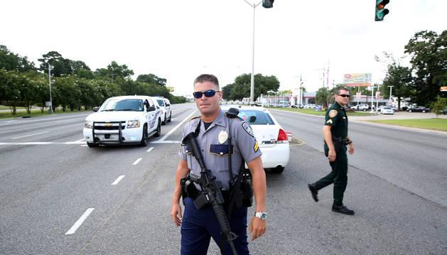 Agentes de policía bloquean una carretera después de un tiroteo en Baton Rouge.