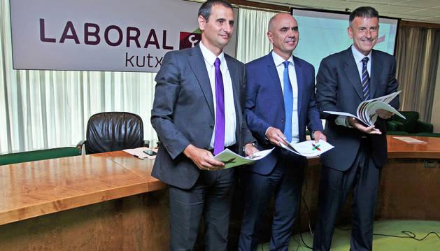 Los directivos de Laboral Kutxa que presentaron ayer el 'Informe sobre Economía 2015'.
