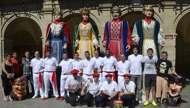 Los miembros de las dos nuevas asociaciones con los cuatro gigantes y los dos cabezudos en la puerta del ayuntamiento de Viana.