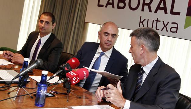 Los directivos de Laboral Kutxa, Xabier Egibar (c) y Joseba Madariaga (d), durante la presentación hoy en Pamplona de un Informe sobre la Economía de Navarra.
