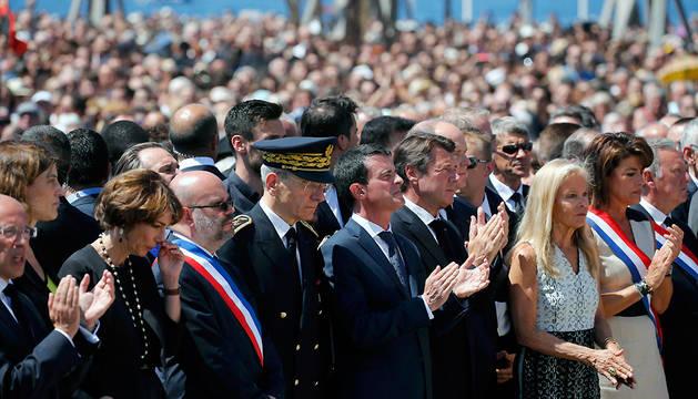 El primer ministro francés, Manuel Valls, junto a otras autoridades, ha presidido la concentración de este mediodía en Niza.