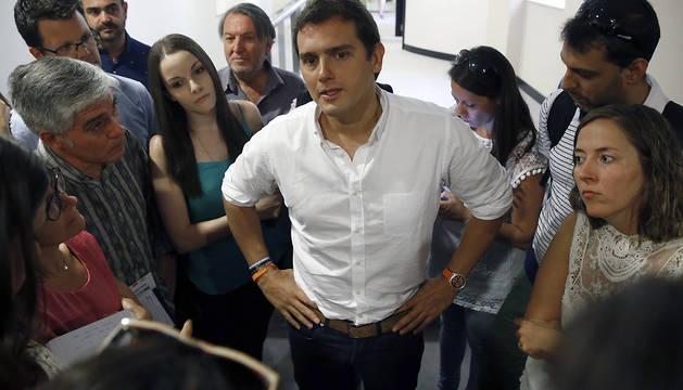 El presidente de Ciudadanos, Albert Rivera, atiende a los medios de comunicación, durante su participación en los cursos de verano de la Universidad Complutense.