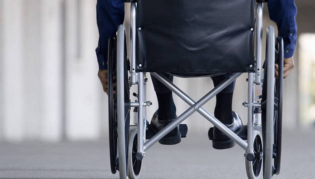 Una persona, en una silla de ruedas.