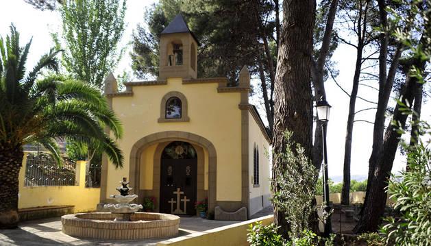 Ermita del Calvario de Funes, con los pinos que se talarán para garantizar la seguridad.