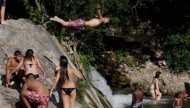 Un centenar de personas acudieron ayer por la tarde a bañarse a la presa de Huarte.