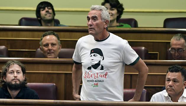 Cañamero jura su cargo con una camiseta de apoyo a Andrés Bódalo