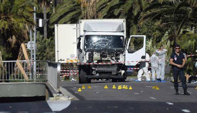 El camión con el que se produjo el atentado en Niza.