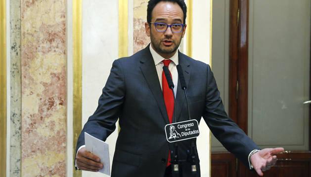 El portavoz del PSOE en el Congreso, Antonio Hernando, se dirige a los medios de comunicación en una rueda de prensa.