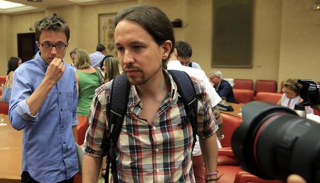 El secretario general de Podemos, Pablo Iglesias (d), junto al secretario político de la formación, Íñigo Errejón.