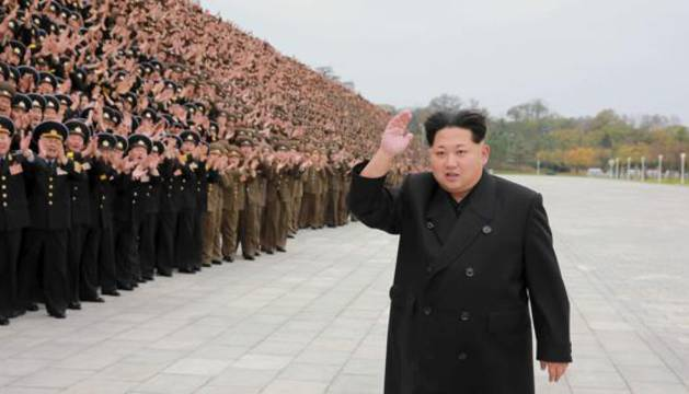 Kim Jong Un, líder de Corea del Norte, posando con militares en Pyongyang.