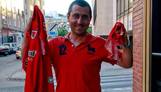 Nacho Corredor muestra la camiseta y la manga desgarrada.