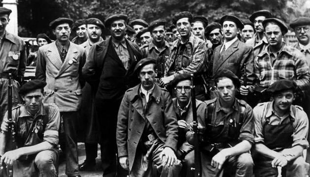 El jefe de los requetés, Manuel Fal Conde (3º izda, con chaqueta oscura), flanqueado por carlistas en Pamplona (Navarra) el 18 de julio de 1936.