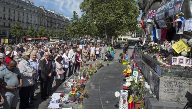 Cientos de personas se congregan en el Paseo de los Ingleses, Niza, para guardar un minuto de silencio.